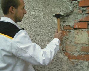 Определяют места, где штукатурка некрепко держится, и зачищают их до основания