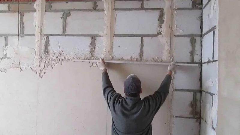Оштукатуривание стен можно производить по маякам