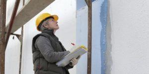 Осматривают стены на наличие дефектов