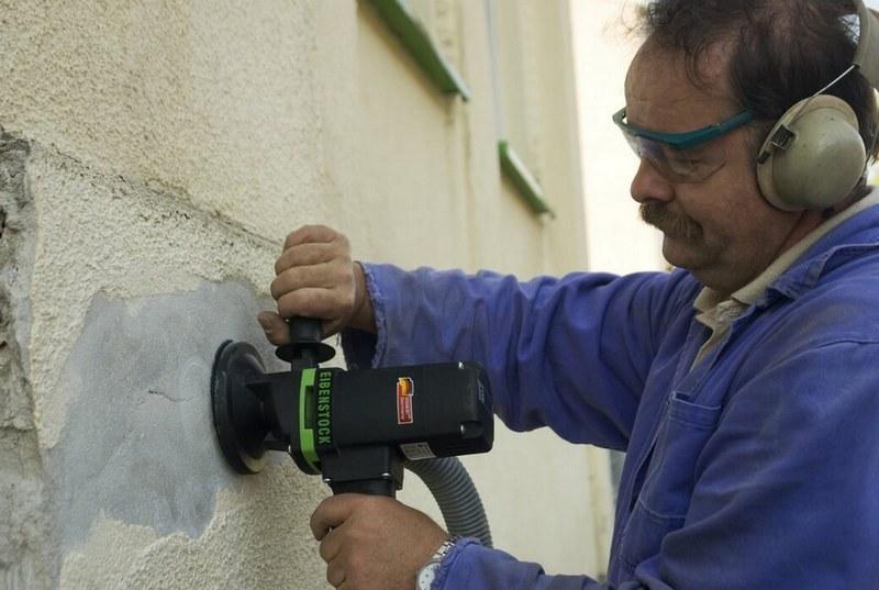 Перед началом работ поверхности очищают от старого покрытия