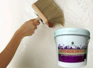 Перед началом штукатурных работ стену рекомендуется обезжирить