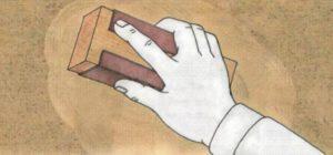 После высыхания шпатлевки наждачной бумагой с нее удаляют следы от шпателя, наплывы и потеки