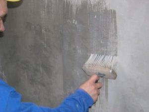 После зачистки стену покрывают грунтом