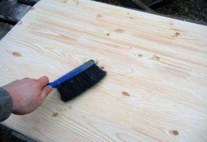 Очищают поверхность листового материала от пыли и загрязнений