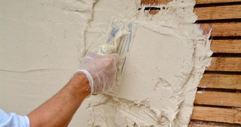 Процесс шпаклевания деревянных поверхностей практически ничем не отличается от шпаклевания обычных стен