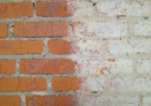 Проверяют основную стену на наличие загрязнений неровностей и декоративных нанесений