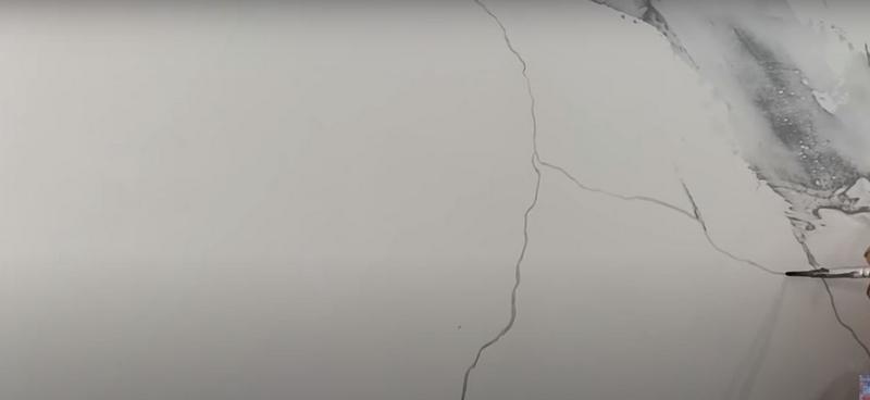 Прожилки рисуют тонкими и толстыми кистями