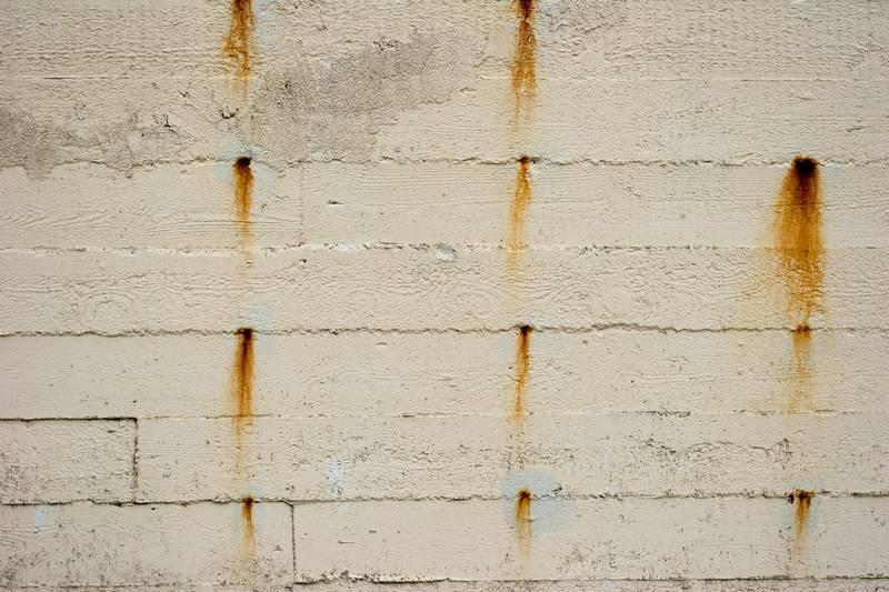 Пятна ржавчины на штукатурке могут вызвать оставленные в покрытии металлические маяки