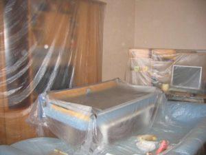 Расстелить клеенку, обернуть мебель и бытовые приборы