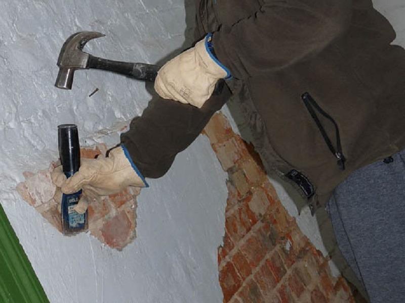 С кирпичной поверхности необходимо полностью удалить старое покрытие