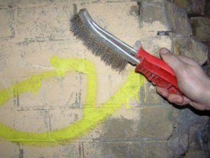 С поверхности удаляют грязь и пыль