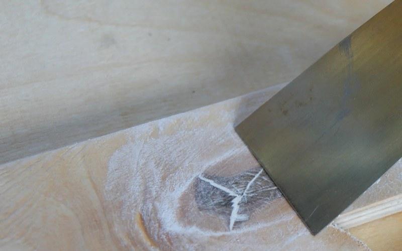 Шпаклевка фанеры устраняет дефекты материала, что дает возможность получить идеально ровную поверхность