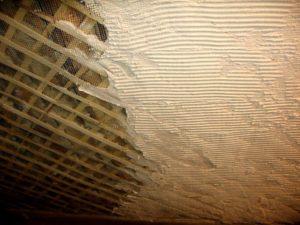 Старое покрытие стен нужно удалять до дранки