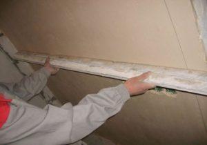 Стена должна быть ровной, без затвердевших потеков раствора, впадин или бугров