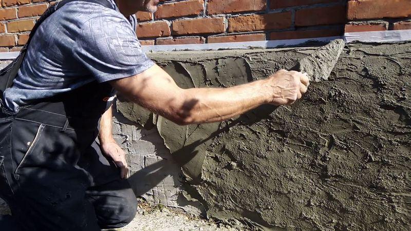Цементную штукатурку часто выбирают для отделки поверхностей фасадов домов