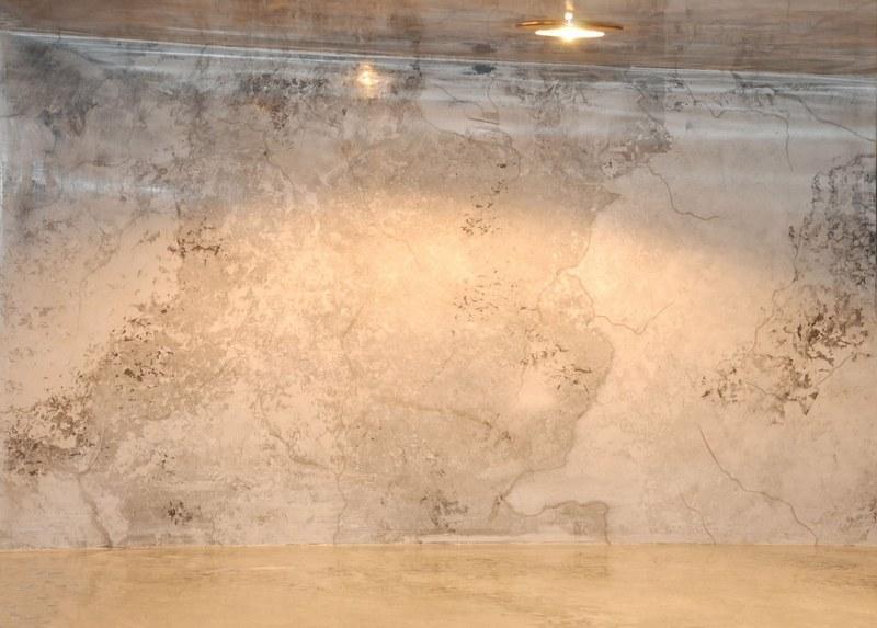 Венецианская штукатурка обладает высокой стойкостью к механическим нагрузкам, поверхность не скалывается, не покрывается трещинами