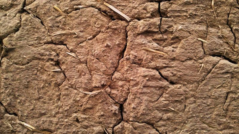 Во избежание трещин, не рекомендуется сушить штукатурку строительным феном