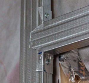 Надрезав края ножницами по металлу и согнув в местах пореза, можно дополнительно укрепить конструкцию