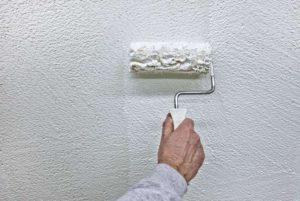Далее повторно обрабатывают стену грунтовкой