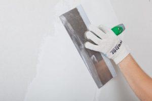 Затем на стену наносят финишный слой шпаклевки