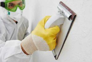 С помощью наждачки устраняют все неровности и шероховатости на поверхности
