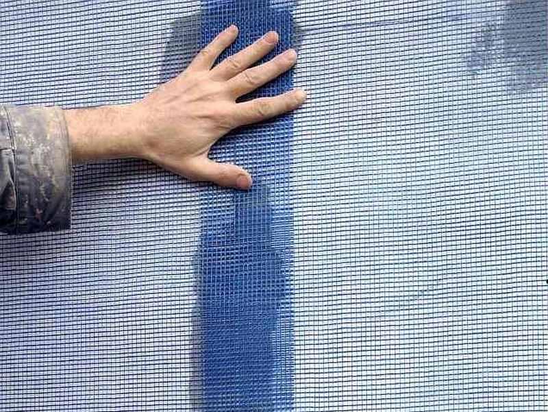 Армирующую сетку крепят внахлёст, заводя одну полосу на другую на 5 см