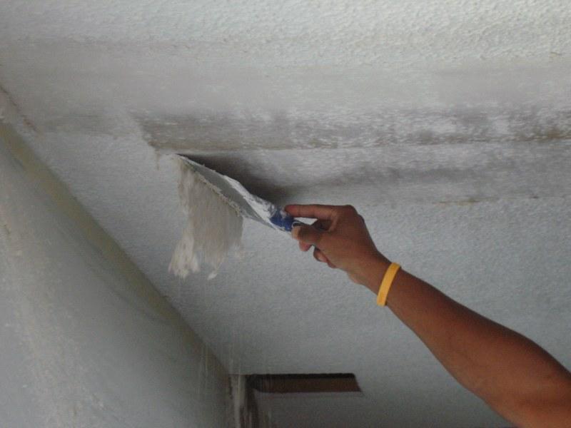 Чтобы новое покрытие не осыпалось, счищать старый слой штукатурки необходимо полностью, не оставляя проплешин