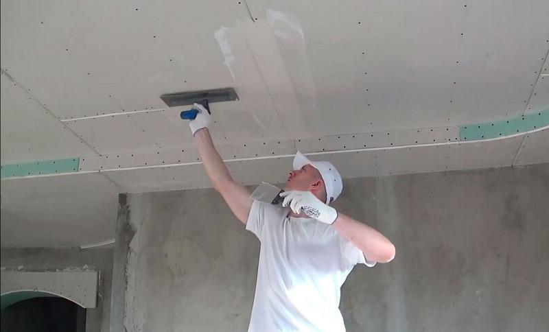 Чтобы получить высокое качество отделки, нужно уметь правильно шпаклевать потолок из гипсокартона под покраску