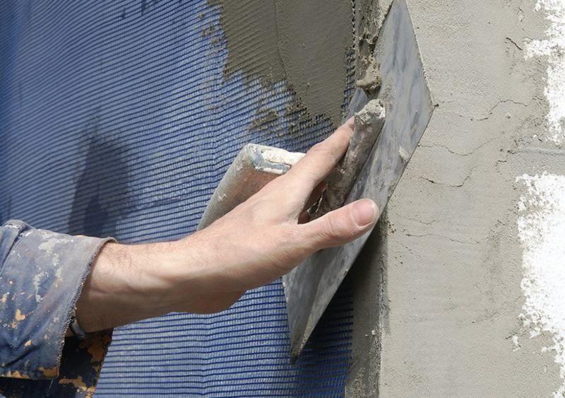 Чтобы штукатурный состав не осыпался, его укрепляют армирующей сеткой
