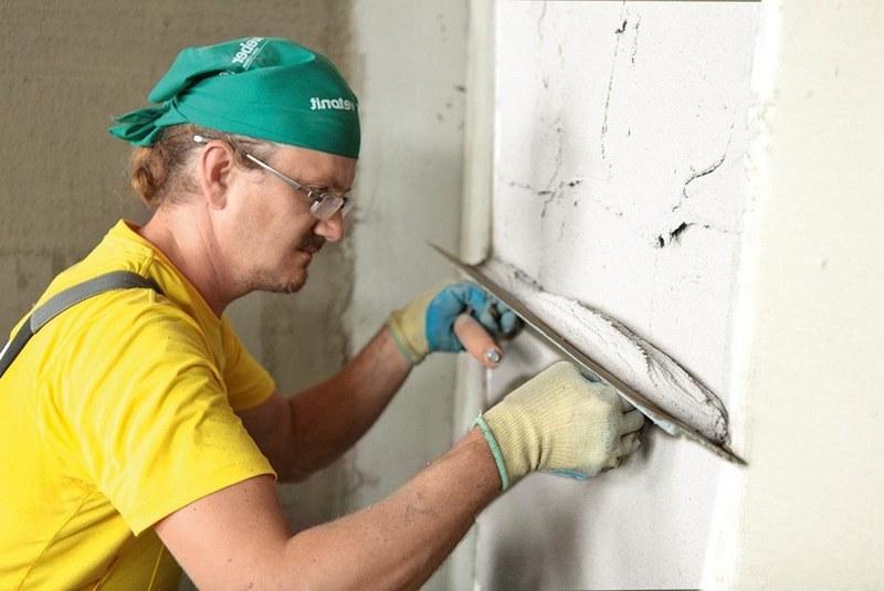 Чтобы снизить расход штукатурки , необходимо тщательно зашпаклевать все сколы и трещины