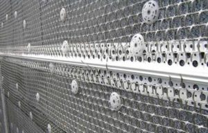 Для крепления сетки используют саморезы с дюбелями и специальными креплениями