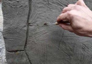 Для процарапывания трещин применяют острый инструмент
