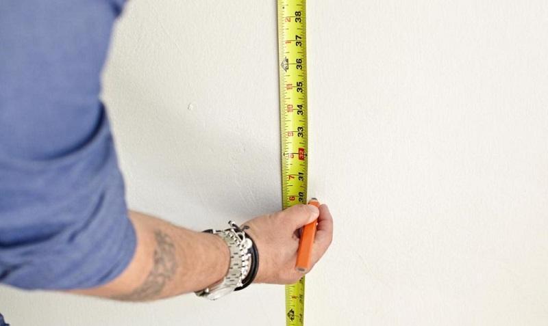 Для проверки перепадов производят измерение высоты стены рулеткой через каждый метр