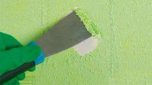 Если слой краски не толстый, то его можно соскрести со стены шпателем
