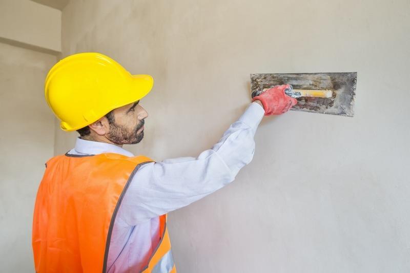 Если требуется получить на стене более толстый слой штукатурки , то раствор наносят в два захода