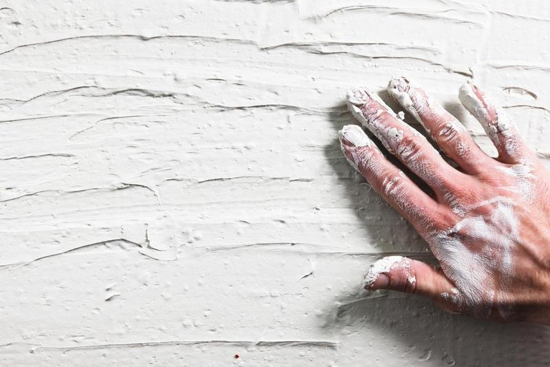Готовность поверхности проверяют надавив на покрытие пальцем