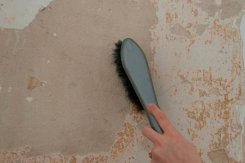 Грязь и пыль с поверхности стены удаляют металлической щеткой