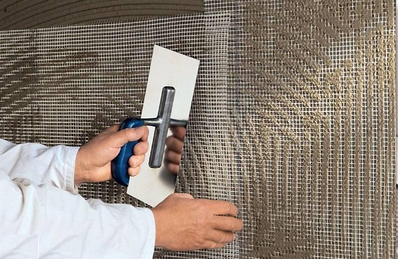 Использование малярной сетки поможет избежать локального отслоения шпаклевки