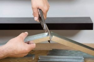 Металлические маяки укорачивают ножницами по металлу