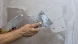 На поверхность наносят тонкий слой шпаклевки