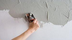 На заранее подготовленную стену наносят черновой слой гипса
