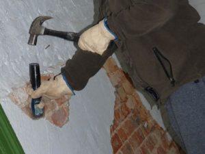 Начавшую отставать штукатурку нужно поддеть стамеской или зубилом, которые нужно подбивать молотком