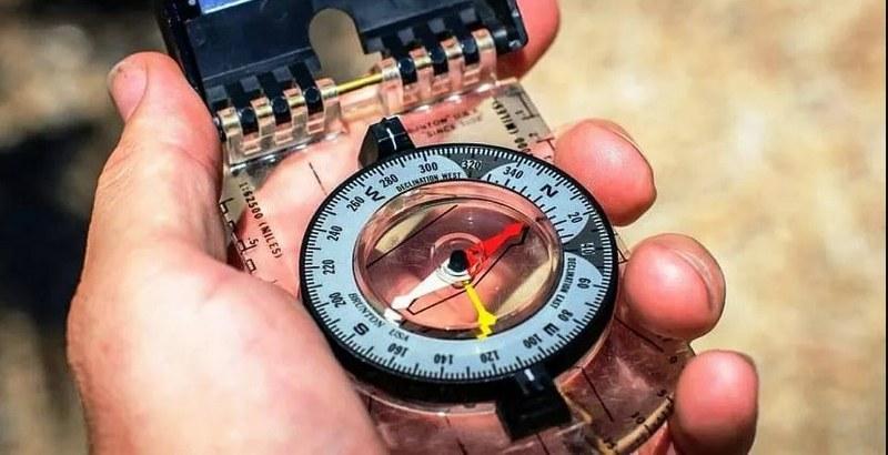 Найти скрытую проводку можно с помощью магнитного компаса