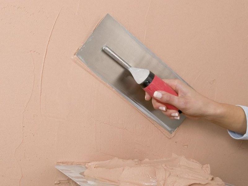 Нанесение декоративной штукатурки - популярный способ отделки гипсокартонных поверхностей