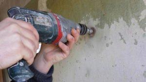 Очистить основание от краски можно с помощью электродрели с абразивной насадкой