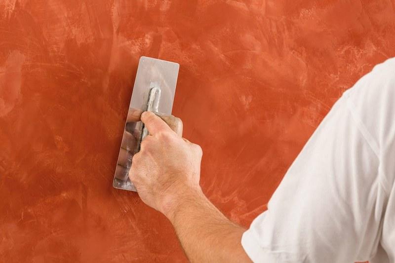 Оштукатуривание стен следует проводить в два этапа