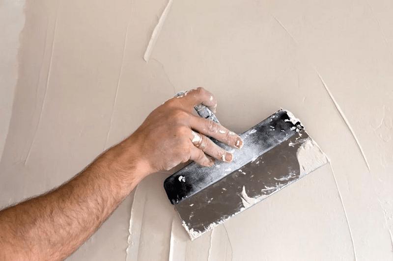 Основной этап подготовки поверхностей стен к декоративной отделке — нанесение шпаклевочного состава
