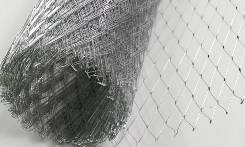 Оцинкованная сетка - универсальный материал, который не подвержен коррозии, устойчив к воздействию влаги