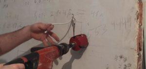 Перфоратором высверливается в стене отверстие в соответствие с размерами распределительной коробки