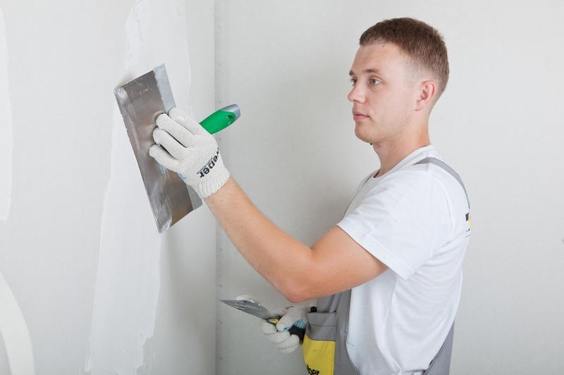 После шпаклевки стена становится идеально ровной, именно такая поверхность нужна для поклейки обоев